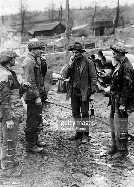 Mineurs fumant une cigarette avant d'entrer dans la mine à Petrosani Roumanie