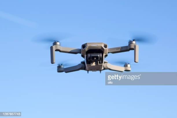 dji mini 2 quadcopter - ponto de vista de drone imagens e fotografias de stock