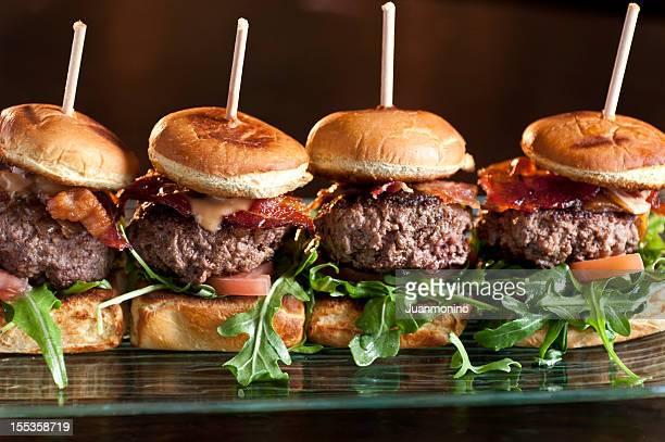 hamburguesas pequeñas - pequeño fotografías e imágenes de stock