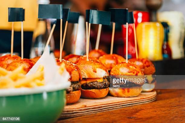mini hambúrgueres com fritas de batata quente - comida de pub - fotografias e filmes do acervo