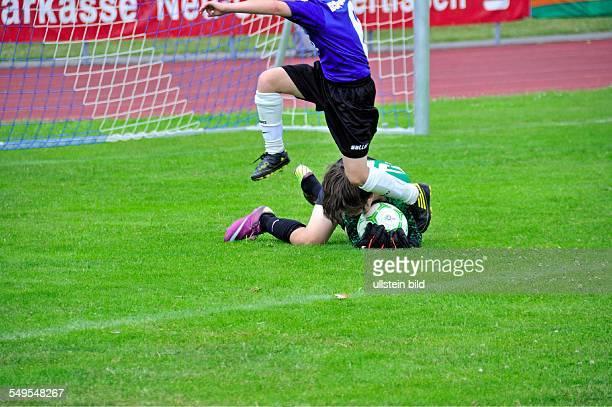 Mini Masters ein internationales Fussballturnier Borussia Dortmund Spieler überspringt Torwart