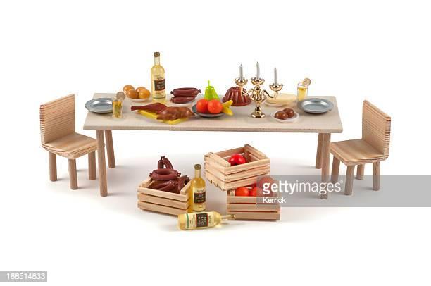 Miniatur-Tisch mit einer Vielzahl von Speisen