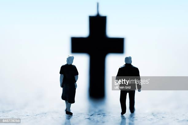 Miniaturfiguren und Kreuz Symbolfoto Sterbehilfe