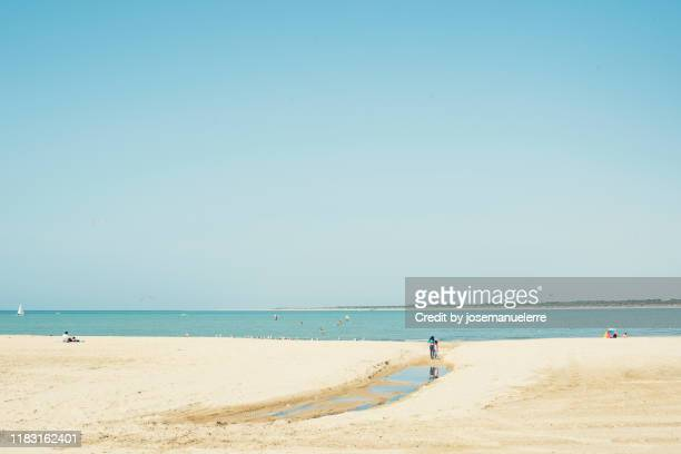minimal landscape of a beach - josemanuelerre fotografías e imágenes de stock