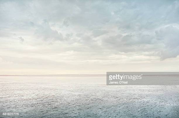 minimalist beach reflection - horizon stockfoto's en -beelden
