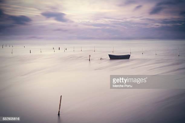 minimalist seascapes of boats - delta del ebro fotografías e imágenes de stock