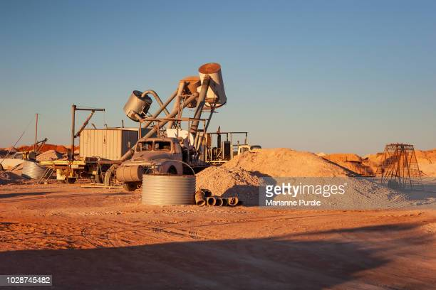 mining equipment on the opal mining fields of coober pedy - coober pedy foto e immagini stock