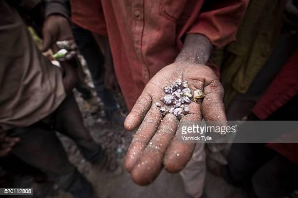 mining for tanzanite in tanzania - 鉱山労働者 ストックフォトと画像