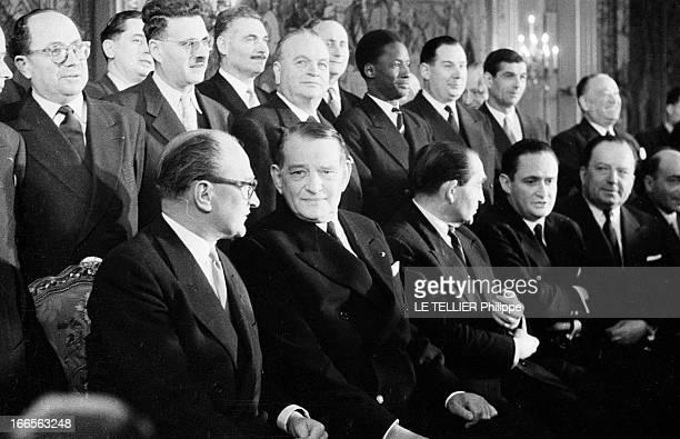 Minister Guy Mollet. Paris - 10 avril 1956 - Au Palais de l'Elysée, portrait de groupe des membres du gouvernement Guy MOLLET, en présence du...