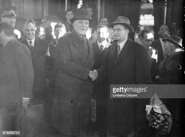 Minister of Foreign Affairs Carlo Sforza shakes the hand of Prime minister Alcide De Gasperi 1947
