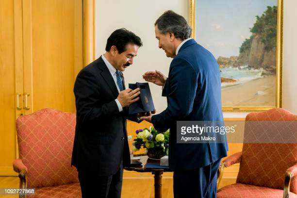 Minister of Foreign Affairs Roberto Ampuero presents a gift to the Minister of State for Foreign Affairs of Japan Masahisa Sato at the end of a work...