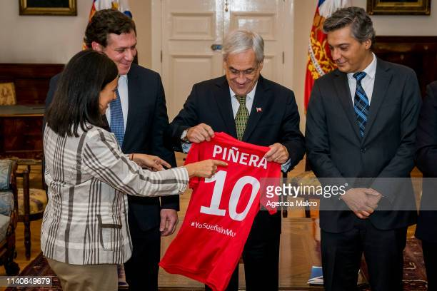 Minister of Sports Pauline Kantor with the President of CONMEBOL Alejandro Domínguez and the President of ANFP Sebastián Moreno they give him a shirt...