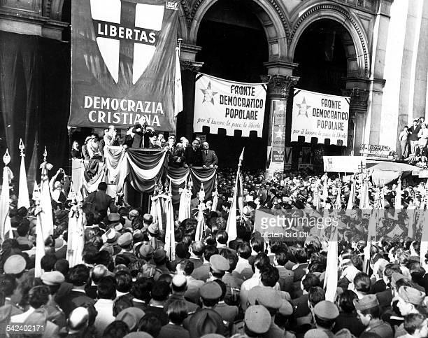 Ministerpräsident Alcide de Gasperi bei einer Wahlkundgebung auf demMailänder Domplatz1948
