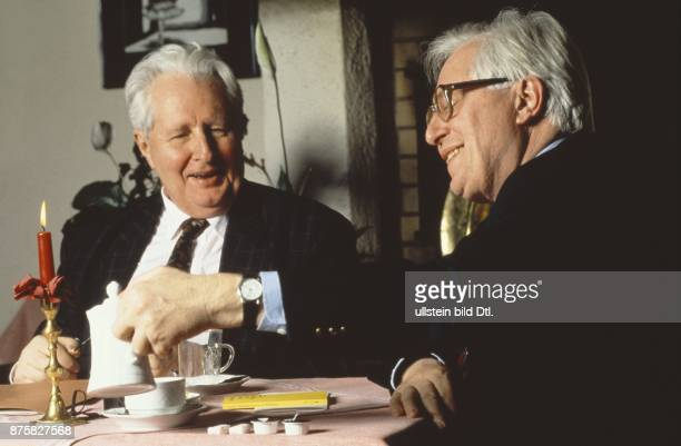 Ministerpräsident des Landes Thüringen Bernhard Vogel zusammen mit seinem Bruder dem SPDPolitiker HansJochen Vogel beim Kaffeetrinken Aufgenommen um...