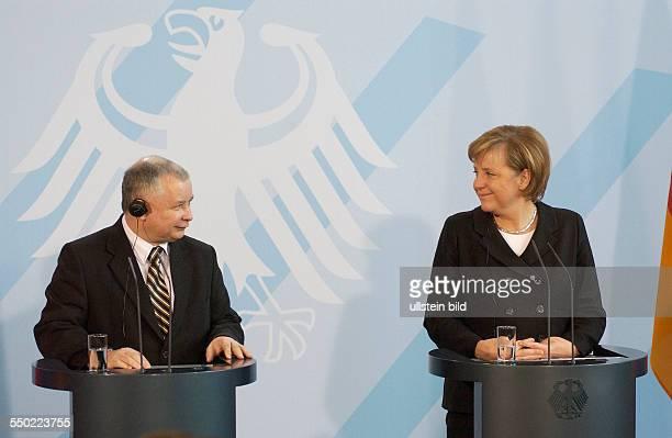 Ministerpräsident Jaroslaw Kaczynski und Bundeskanzlerin Angela< Merkel während einer gemeinsamen Pressekonferenz anlässlich seines Besuches in...