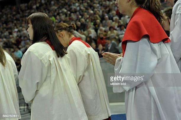Ministranten während der Heiligen Messe im Olympiastadion in Berlin