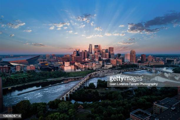 minneapolis på sunrise - flygfoto - minnesota bildbanksfoton och bilder