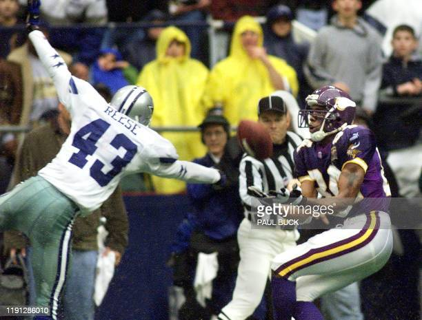 Minnesota Vikings' wide receiver Randy Moss pulls in a 52yard reception during first half action at Texas Stadium in Irving Texas 23 November 2000...