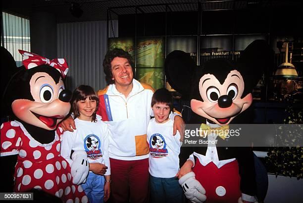 Minni Michael Schanze mit Sohn und einem weiteren Mädchen 39457/BB im Freizeitpark Disneyworld USA Amerika Nordamerika Minnie Maus Mouse Micky Mickey...
