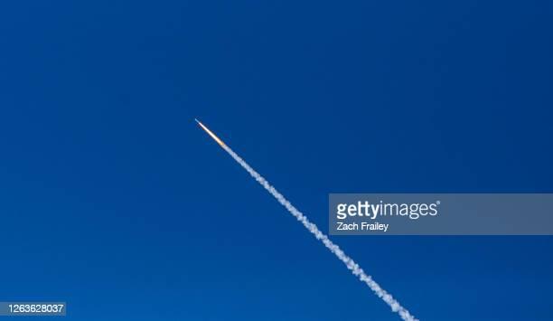 minotaur rocket launch from nasa wallops island - productpresentatie stockfoto's en -beelden