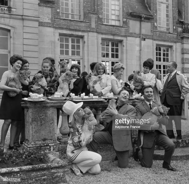 Minou Drouet Danièle Evenou Evelyne Dandry Mylène Demongeot Raymond Devos et Maurice Biraud tenant chacun un lionceau lors de l'anniversaire de la...
