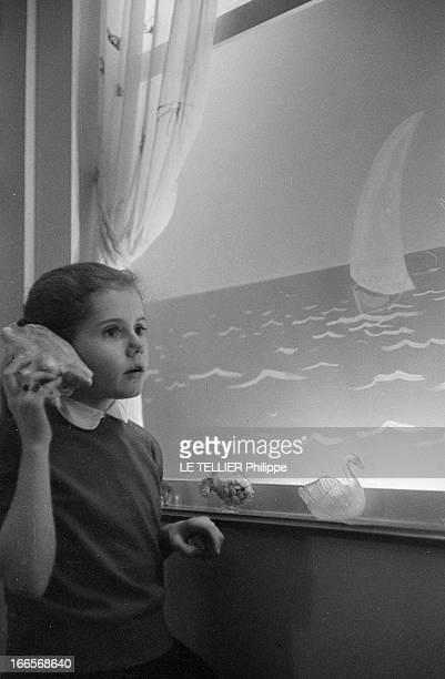 Minou Drouet Star Of The News Bretagne Novembre 1955 Au Pouliguen ou elle habite une maison jaune au bord de l'Atlantique Minou DROUET enfant...