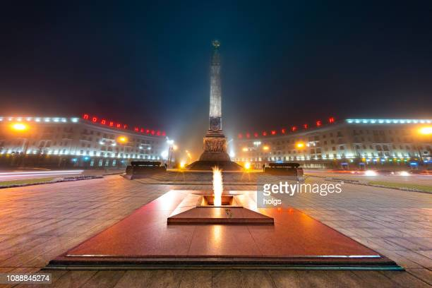 minsk victory square and monument at night, belarus, europe - minsk stock pictures, royalty-free photos & images