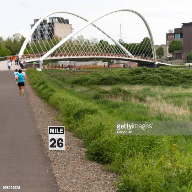 ミント島橋リバー フロント パーク マラソン レース セーラム オレゴン - マイル ストックフォトと画像