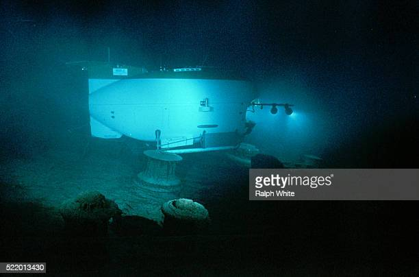mir ii exploring titanic - titanic stock pictures, royalty-free photos & images