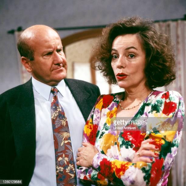 Mir san die Brandls, Fernsehserie, Episode: Die Steuerprüfung, Deutschland 1993, Darsteller: Udo Thomas, Veronika von Quast.
