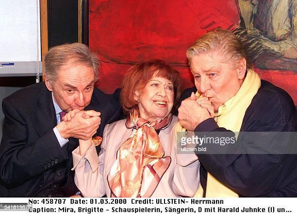 Mira Brigitte *Schauspielerin Saengerin Kabarettistin D mit Harald Juhnke und Guenter Pfitzmann kuessen ihr die Haende Maerz 2000