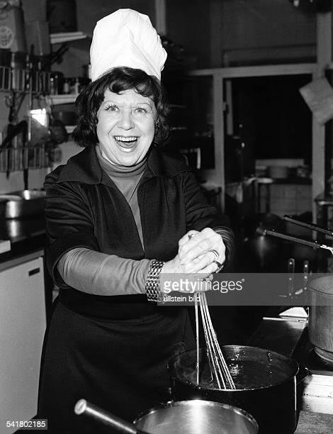 Mira Brigitte *Schauspielerin Saengerin Kabarettistin D bereitet Suppe zu anlaesslich der Eroeffnung des Lokals 'Alt Deutsches Speisehaus' in der...