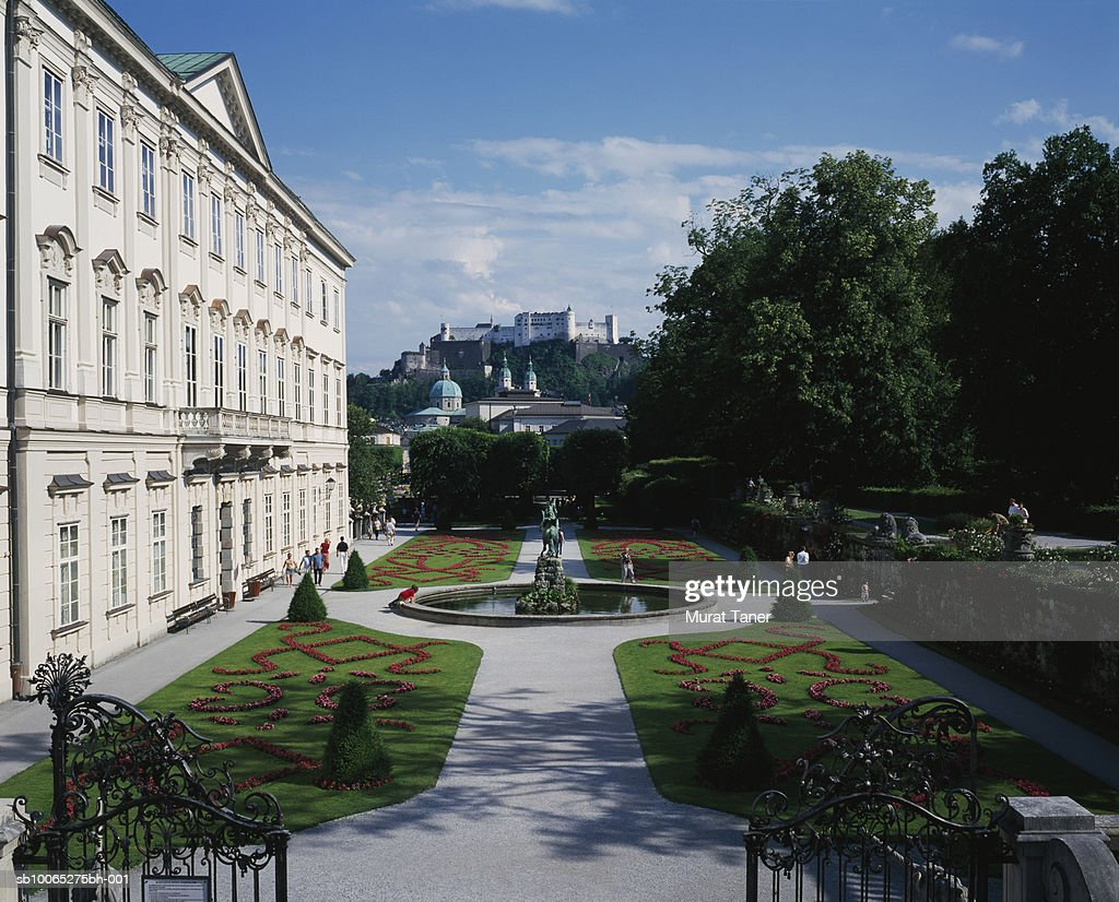 Mirabell Gardens and Hohensalzburg Fortress : Foto stock
