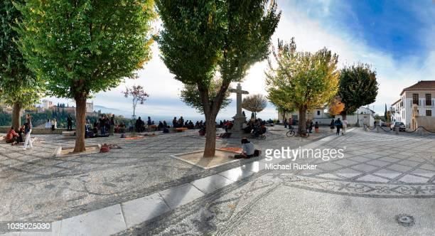 mirador de san nicolas in el albaicin, oldest part of granada, and the alhambra in the background, granada, andalusia, spain - albaicín fotografías e imágenes de stock