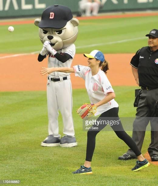 Miranda Kerr throws first pitch at Jamsil Baseball Stadium on June 13 2013 in Seoul South Korea