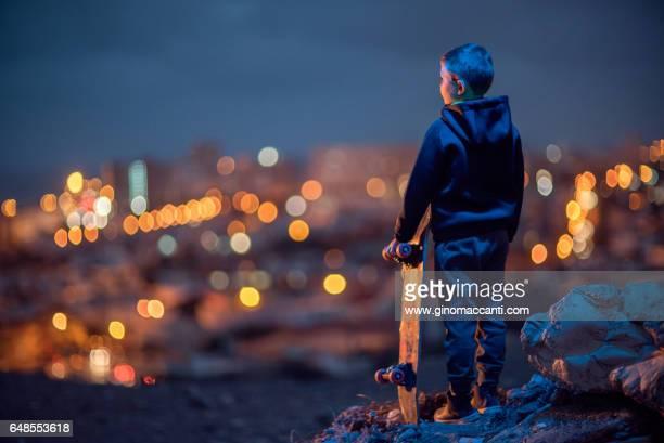 mirando a la ciudad - luz eléctrica stock pictures, royalty-free photos & images
