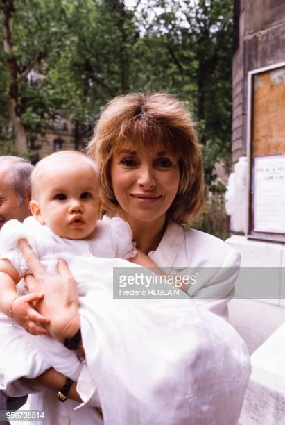 Mireille Darc lors du baptême de Jeremy, fils de François Valéry et Nicole Calfan, en mai 1987 à Neuilly-sur-Seine, France.