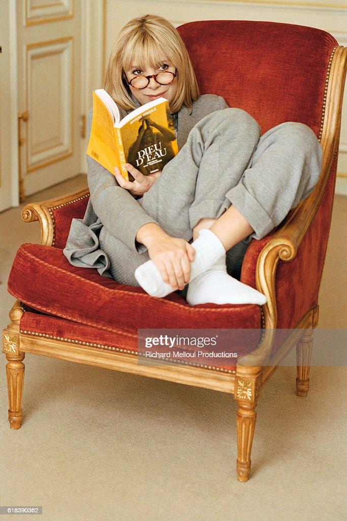 Mireille Darc Reading in Chair : Photo d'actualité
