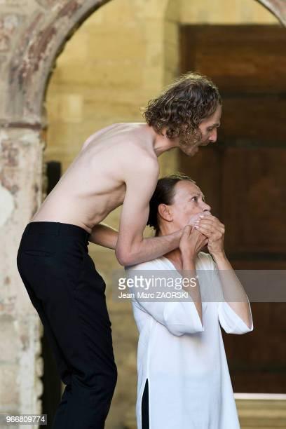 Mireille Herbstmeyer et Frédéric Le Sacripan dans 'Prométhée enchaîné Eschyle pièces de guerre' une adaptation pour le théâtre mise en scène par...