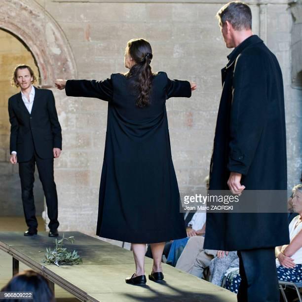 Mireille Herbstmeyer Philippe Girard et Frédéric Le Sacripan dans 'Les suppliantes Eschyle pièces de guerre' une adaptation pour le théâtre mise en...
