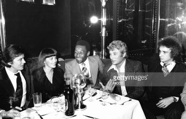 Mireille Mathieu a l'ElyseesMatignon entouree de Michel Sardou Johnny Hallyday Pele et Alain Delon en janvier 1978 a Paris France