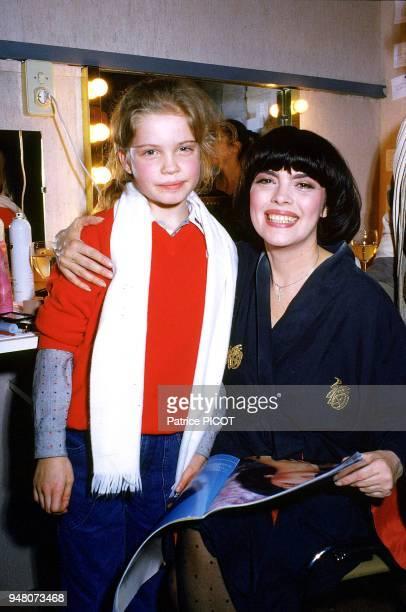 Mireille Mathieu accueille Sarah Biasini dans sa loge du Palais des congrés décembre 1982