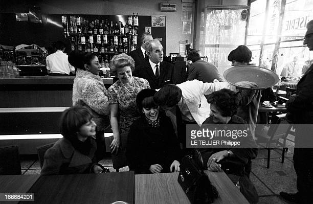 Mireille Mathieu At Her Parents In Avignon France Avignon 4 janvier 1966 la chanteuse Mireille MATHIEU présente sa famille avignonnaise son quartier...