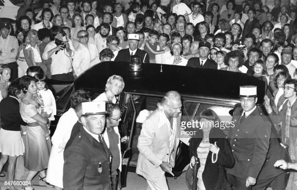 Mireille Mathieu attendue par la foule de ses admirateurs et a ses cotes son impresario Johnny Stark en aout 1975 a La Rochelle France