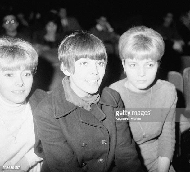 Mireille Mathieu au centre en compagnie de ses deux soeurs Christiane Mathieu à droite et Monique Mathieu à gauche a l'Olympia le 27 decembre 1965 à...