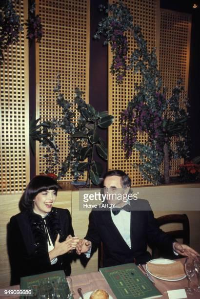 Mireille Mathieu avec Charles Aznavour lors d'une soirée dans les années 80 à Paris France Circa 1980