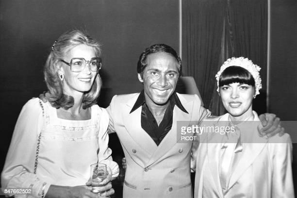 Mireille Mathieu avec le chanteur Paul Anka et son epouse Anne de Zogheb en juin 1978 aux EtatsUnis