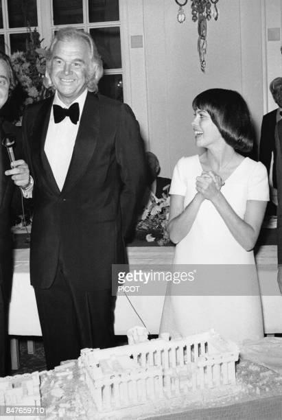 Mireille Mathieu avec son impresario Johnny Stark lors de sa tournee allemande en septembre 1972 a Hambourg Allemagne