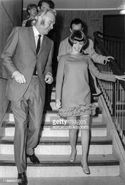 Mireille Mathieu avec son manager Johnny Stark à Paris en 1967 France