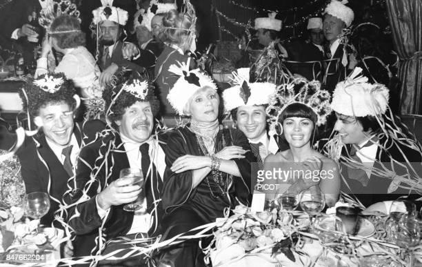 Mireille Mathieu celebre le passage a l'annee nouvelle en compagnie de Guy Drut Mort Shuman Annie Cordy Michel Drucker et Thierry le Luron le 1er...